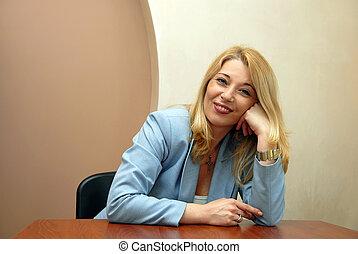 mujer de negocios, en, oficina, relajado