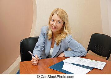 mujer de negocios, en, oficina, trabajando