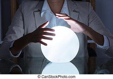 mujer de negocios, entregue, bola de cristal