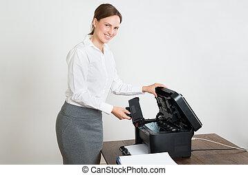 mujer de negocios, impresora, laser, cartucho, escritorio