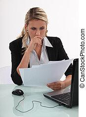 mujer de negocios, lectura, un, documento