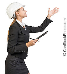 mujer de negocios, llevando, sombrero duro, con, portapapeles y pluma, señalar