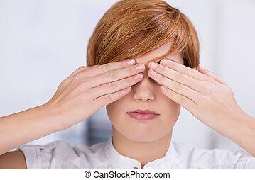 mujer de negocios, ojos, cubierta, manos