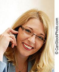 mujer de negocios, oratoria, por, teléfono móvil