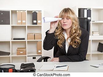 mujer de negocios, papel, telescopio, juego