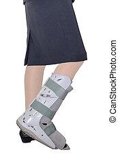mujer de negocios, pierna, con, un, tobillo, abrazadera, encima, blanco