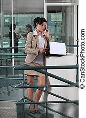 mujer de negocios, por teléfono, exterior, un, oficina