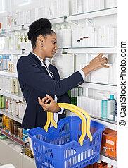 mujer de negocios, productos, escoger, farmacia