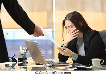 mujer de negocios, receiving, preocupado, notificación