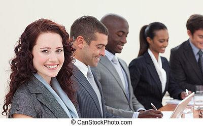mujer de negocios, reunión, hablar