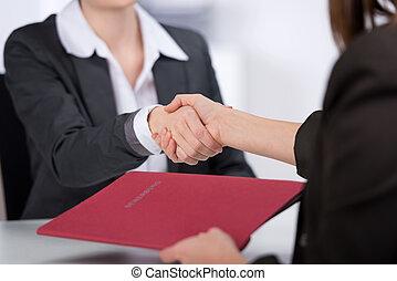 mujer de negocios, sacudida, candidato, manos