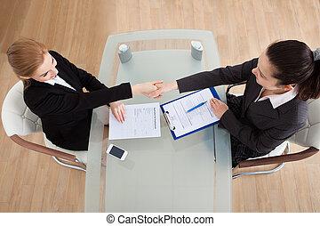 mujer de negocios, sacudida, dos, mano