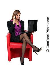 mujer de negocios, sentar silla, con, computador portatil
