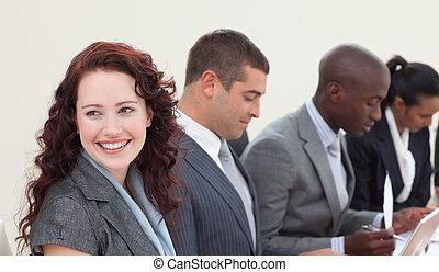 mujer de negocios, sonriente, reunión, hablar