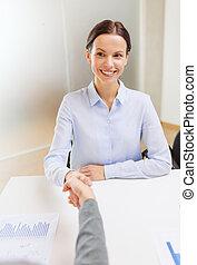 mujer de negocios, sonriente, sacudida, oficina, mano