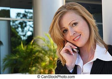 mujer de negocios, teléfono celular hablar sin parando