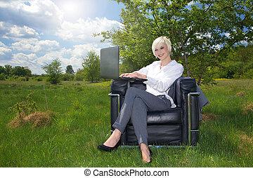 mujer de negocios, trabajando, aire libre
