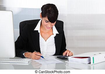 mujer de negocios, trabajando, con, calculadora