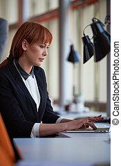 mujer de negocios, trabajar en computadora, en, oficina