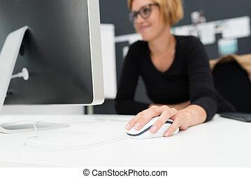 mujer de negocios, utilizar, un, ratón de la computadora