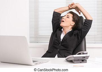 mujer de negocios, yawning., cansado, cuarentón, mujer de negocios, sentado, en, ella, lugar activo, y, bostezando