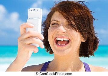 mujer de teléfono, playa, feliz