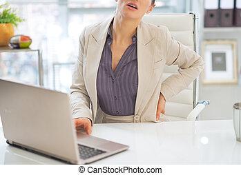 mujer del primer, dolor, espalda, empresa / negocio