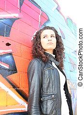 mujer, delante de, grafiti