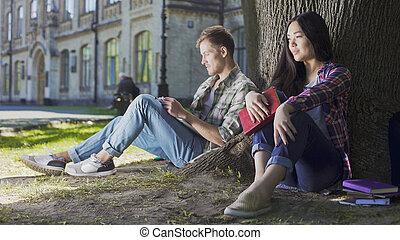mujer, dificultad, ser, tímido, sentado, joven, árbol, reunión, debajo, hombre, primero