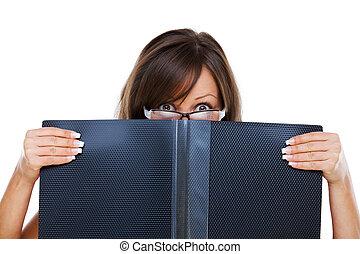 mujer, documentos, joven, mirar fijamente