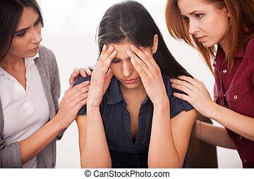 mujer, dolor, ella, sentado, deprimido, joven, dos, mientras, otro, reconfortante, depression., silla, sentimiento, mujeres
