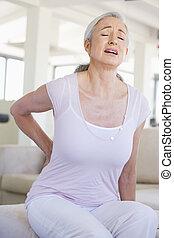 mujer, dolor, espalda