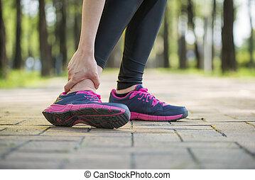 mujer, dolor, pierna, corredor, torcido, tobillo, asimiento