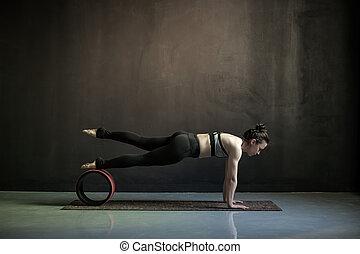 mujer, ejercicio, aumentar, empujón, phalankasana, prensa, o