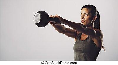 mujer, ejercicio, con, caldera, campana, -, crossfit, entrenamiento