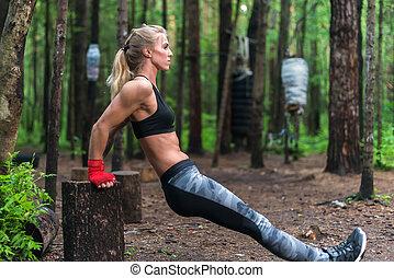 mujer, ejercitar, cálculo, tríceps, y, bíceps, hacer, luces...