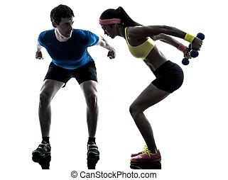 mujer, ejercitar, condición física, cargue instrucción, con, hombre, entrenador