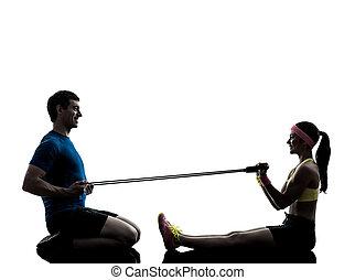 mujer, ejercitar, condición física, resistencia, goma, con, hombre, entrenador