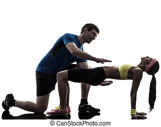 mujer, ejercitar, tablón, posición, condición física, entrenamiento, con, hombre, entrenador, s