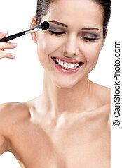 mujer, el poner en maquillaje, con, cepillo cosmético