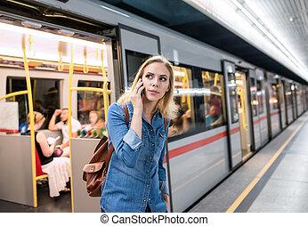 mujer, elaboración, llamada telefónica, en, el, metro,...