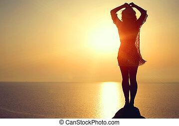 mujer, elaboración, yoga, figura, en la playa, en, ocaso