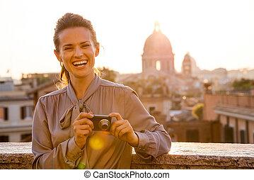 mujer, elegante, verificar, arriba, fotos, roma, reír, ...