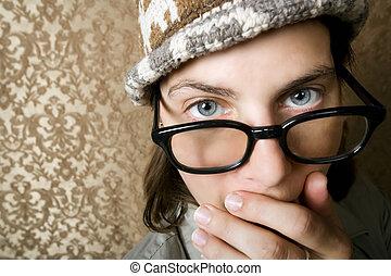 mujer, ella, cubierta, gorra, cara, nerdy, tejer