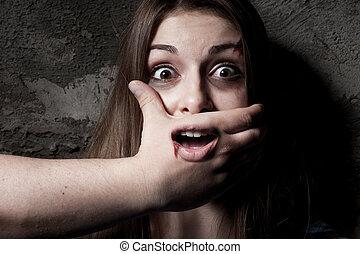 mujer, ella, cubierta, no!, joven, cámara, boca, aterrorizado, mano, mirar fijamente