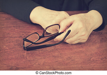 mujer, ella, más viejo, manos de valor en cartera, anteojos