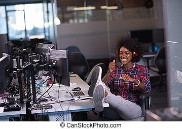 mujer, ella, oficina, auriculares, inicio, empresa / negocio, música, lugar de trabajo, escuchar