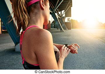 mujer, ella, pista, programación, smartwatch, jogging, yendo, rendimiento, antes