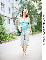 mujer embarazada, ambulante, en, calle