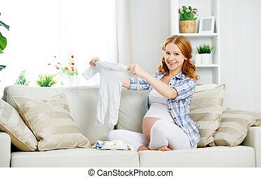 mujer, embarazada, artículos, expectante, recién nacido, se prepara, madre, ropa del bebé